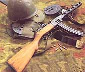 7,62-мм пистолет-пулемет ППШ-41 с присоединенным секторным магазином, барабанные магазины в сумках, снаряженный магазин со снятой крышкой